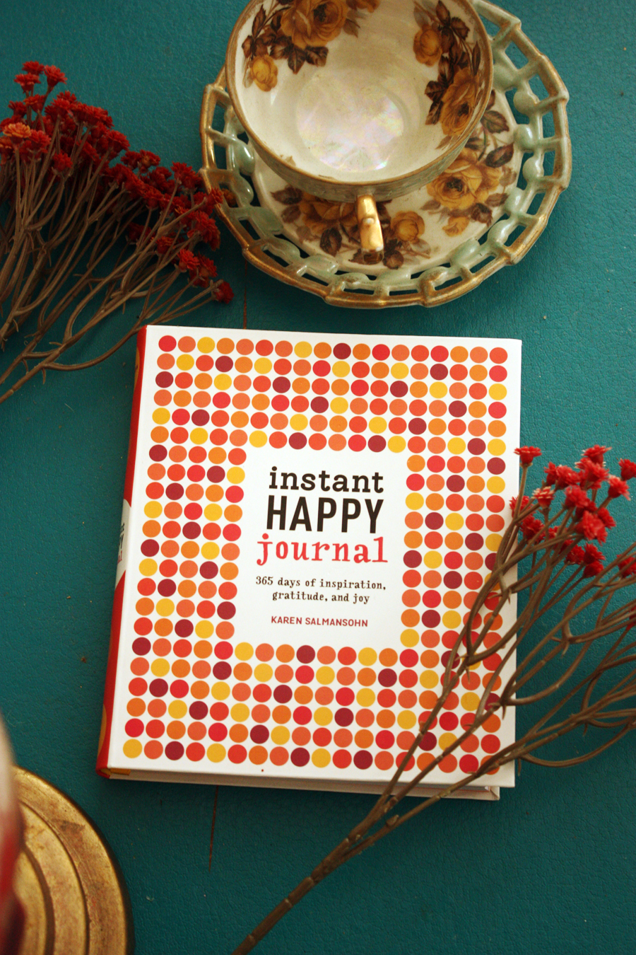 Instant Happy Journal: 365 Days of Inspiration, Gratitude, and Joy Book by Karen Salmansohn- a cute journal to work through and help you remember the good things going on in your life | Stay gold Autumn