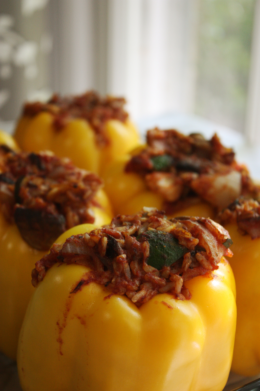 Gluten free and vegan stuffed bell peppers: yummy stuffed bell peppers that are delicious, nutrient dense, and easy to make! Definitely one to make again for the family! | Stay gold Autumn